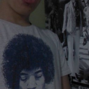 Tomás com a camiseta Camiseta Purple Haze